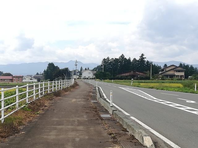 ゴール地点へと続いていく道路の画像