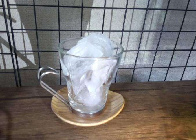 グラスに氷を入れる