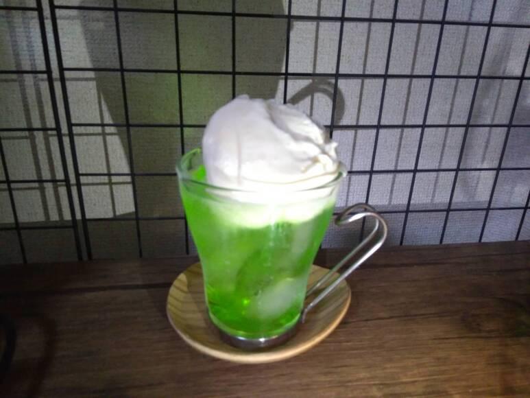 アイスクリームをグラスに乗せる